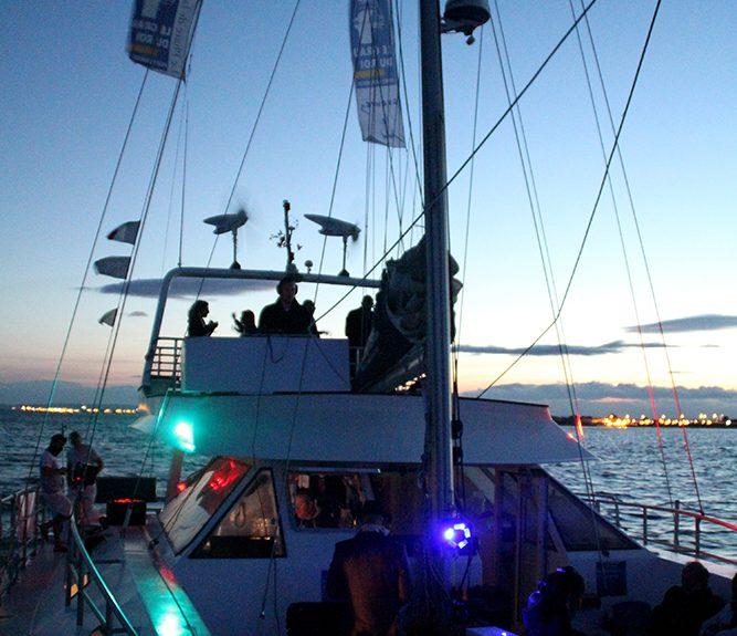 Nouveau montpellier les ap ros coucher de soleil bord d 39 un catamaran - Coucher du soleil montpellier ...
